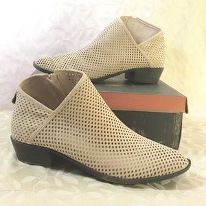 🆕 Beige Heeled Booty Shoes Coraline Size 11 New